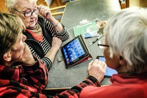Ann-Britt Jönsson och Inger Ericsson, båda från Böle, tar hjälp av K-G Lindblad att förstå läsplattan.
