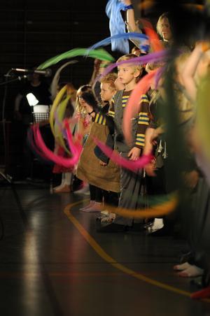 DANS. Förskoleklassen dansade till musiken från julkalendern Trolltider utklädda till älvor och troll.