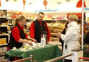 En i dubbel bemärkelse god start på dagen och karriären blev det när nya handlarparet Anna-Carin och Tobias Mattsson tog över ICA Nyplan. De bjöd på tårta och fick varma välkomnanden i gengäld.
