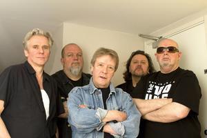 Originalmedlemmar i Trouble Boys är från vänster: Tommy Cassemar, Ingemar Dunker, Billy Bremner, Micke Finell och Sean Tyla. I kväll är dock inte Sean Tyla och Ingemar Dunker med, utan har ersatts av Janne Oldaeus och Pelle Alsing.