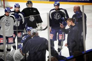 Sjur Robert Nilsen instruerar spelarna under söndagsträningen i Tegera arena.