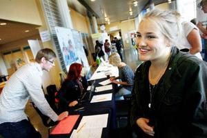 """Nina Anzén, nybliven sjuksköterskestudent, är inte längre stockholmare. Sedan i onsdags är det Östersund som är hemorten. """"Jag funderade mycket på det innan, men insåg att det var bäst att skriva mig här"""", säger hon. En fördel med det är att hon kan göra skatteavdrag när hon åker tillbaka till Stockholm om somrarna för att jobba.Foto: Henrik Flygare"""