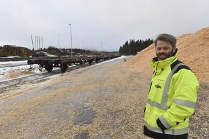 Massor av flis skickas i speciella containers med godsvagnar från Blyberg till Gävle. Thomas Olaspers, VD för Siljan Timber i Blyberg, har fått skicka containrarna med trailers och får nu använda lastbil, medan järnvägsvagnarna blir stående i Blyberg