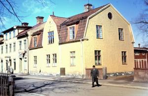 Vattugatan var under en följd av decennier caféernas och konditoriernas Mecka här i Borlänge. I området har åtminstone sju sådana funnits och på bilden, från 1968, kan vi se entrén och skylten till Annas Hembageri vilket drevs av två systrar.