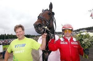 Thomas Lönn firade i vinnarcirkeln tillsammans med kusken Sören Eriksson och vinnarstoet Bachelores Dream. Foto: Micke Gustafsson/Kanal 75