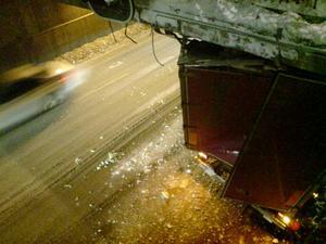 På måndagskvällen kilades en lastbil fast i Rudbeckstunneln.