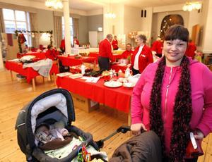 FLITIG BESÖKARE. Anneli Broman från Gävle tycker att Röda Korsets julmässa hör till de bättre julmarknaderna. Hon tog med sig dottern Emma för att inhandla lite stickat. Och hon var inte ensam – ett av de bästa åren, hävdade arrangörerna själva.