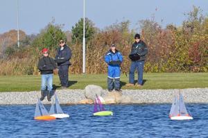 I går var det kappsegling på nya Kumlasjön. Endagsregattan är en av flera deltävlingar som ska kvalificera fyra svenska utövare till EM nästa år. Längs till vänster Jari Heiskanen.BILD: SAMUEL BORG