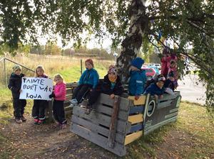 Sedan Drakfastigheter beslutat att ta bort de pedagogiska miljöerna utomhus på Römsta förskola måste dessa byggas upp varje morgon, skriver pedagogerna.