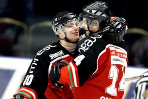 Per-Åge Skröder kramar om den tidigare radarpartnern Niklas Sundström.