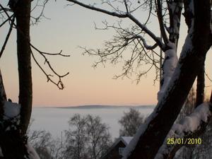 Utsikt från mitt fönster påFrösön, en tidig och kall morgon då dimman ligger på Storsjöns is. Foto: Camilla Gustafsson