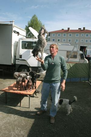Do Zdenek visar konster med sina hundar.