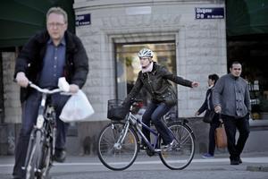 Aja baja. Många cyklister struntar tyvärr i att ha hjälm, påpekar Lena Sannerholt.BILD: JONAS ERIKSSON