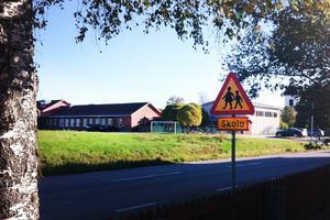 Från och med innevarande läsår stängdes Fröstuna skola ner – nu erbjuder kommunen Migrationsverket att ta byggnaderna i anspråk som asylboende.