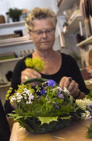 1. Gerd Lindqvist har gjort lönnlövskorgar sedan 1977 och vill nu under fruntimmersveckan lära andra att ta del av kunskapen.- Det är inte alls svårt, man bygger bara löven i varandra. Det enda jag har mer är två kvistar och sedan löv i olika storlekar, säger hon.