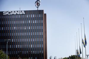 Vid Scanias huvudkontor vajar flaggorna på halv stång efter lördagens arbetsplatsolycka.