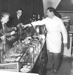 Vid bardisken hos Gugges på 1950-talet. Bo Carlson längst till vänster.