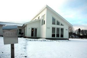 FÄRDIGT. Hela huset går i vitt, såväl invändigt som utvändigt. För två månader sedan flyttade familjen in.
