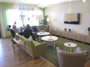 Ljust och fräscht i vardagsrummet på ett av våningsplanen i Humanas nya äldreboende i Gävle.