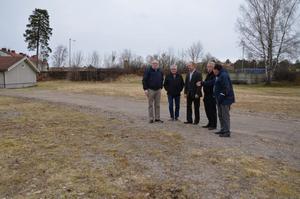 Här på von Boijområdet i Laxå ska det byggas en ny affärslokal till Dollarstore. Laxå kommun har tillsammans med privata företagare bildat ett bolag som ska finansiera byggnationen. På bilden syns från vänster Tommy Holmquist, (S) kommunalråd, Mats Fransson, näringslivschef, Pär Jinnestrand, företagare, Ronny Johansson, kommunchef och Klas-Göran Vilgren, (V) vice ordförande i kommunstyrelsen.