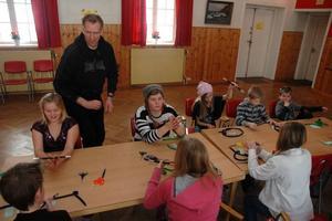 KONTAKT. Trollkonstnären Magnus Vihagen hade bra kontakt med barnen och ungdomarna under trolleriskolan. Sportlovsaktiviteten var så populär att kommunen fick säga nej till flera unga som ville vara med.