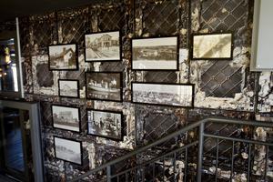 I trappan hänger gamla fotografier från Sandviken.