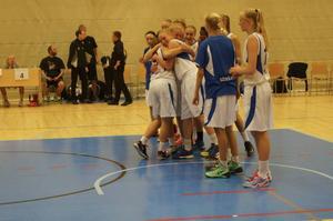 Segerjubel efter att Sweden Blue med Emilia Axelsson i en tuff match besegrade Nederländerna i semifinal.