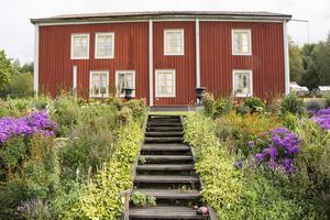 Wästergården ligger vackert i en sluttning med stora rabatter och gräsmattor. Här bor Berit och Anders Wästfelt och trädgården är 14 000 kvadratmeter stor med flera fastigheter.