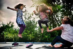 Hoppar in ramadan. Barnen Nora Al-Kanaan, Somaja Alganas och Fatima Alganas får oftast pengar eller godis när ramaban är över. För pengarna åker ge gärna karusell.