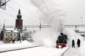 Mer rök då. Mycket har blivit bättre sedan ånglokens tid, men nu räcker inte pengarna till att underhålla tåg och järnväg.foto: VLT:s arkiv