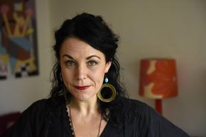 Författaren och feministen Maria Sveland medverkar i ett Folkteatern-arrangemang i Gävle.