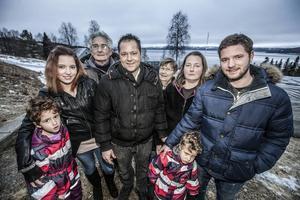 Här har vi storfamiljen som får Blåsjöns befolkningsstatistik att explodera. Annika, Ilaria, Roger, Umberto, Pirkko, Petra Francesco och Antonio.
