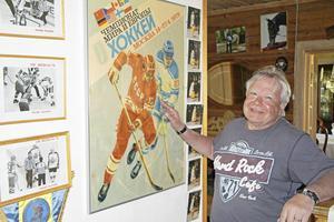 Minnen från VM 1979 samlade på en vägg hemma hos Christer i villan i Forsbacka.