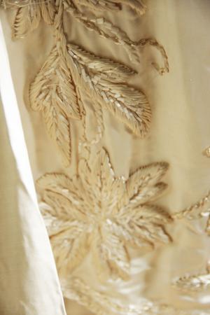 Utsökta handbroderier på balklänningen.