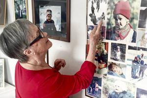 Ingrid Rehnfeldt visar bilderna på barnbarnen.