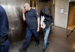 21-åringen förs in i rättegångssalen.