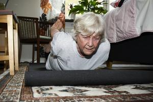 Med en imponerande vighet tar Karin Näslund tag i fötterna från en liggande position och vaggar fram och tillbaka.