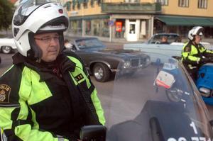 Christer Lindén, trafikpolis från Sandviken, är på plats och övervakar så att allt går lugnt till.  - Här är det mer familjer som tittar på bilar. Inte den fylla som är när det är cruising på helger i andra städer.