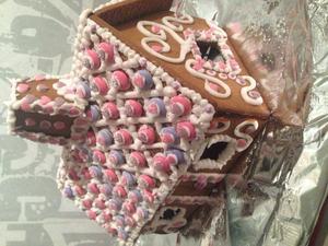 Pyntar alltid mitt pepparkakshus lite extra varje jul med mamma min! :)