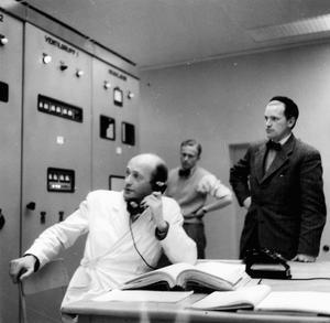 Sanningens minut närmar sig Uno Lamm, ringer från kontrollrummet i HVDC-stationen i Västervik 7 mars 1954.