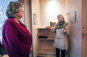 Harriet Jorderud (S), landstingsråd, och Kholod Mahmood, Islamiska föreningen i Östersund, vid invigningen av Spectrum, som är ett rum av ro och bön på Östersunds sjukhus.