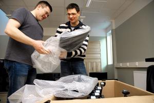 Samtidigt som allt flyttades kom också leveranser av 200 stolar och en mängd notställ. Mats Andersson och Erik Lundqvist packade upp och skruvade ihop.