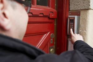 Stoppad i porten. De ansvariga på VS-Hus vill inte prata med VLT om balkongolyckan på Engelbrektsgatan.