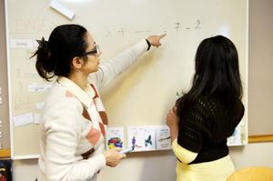 Huda Al-Majdi är modersmålslärare vid skolan. Hon är utbildad universitetslärare och har undervisat i matte och fysik.