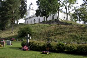 Att trimma gräset runt gravstenarna är framöver ett ansvar för gravrättsinnehavaren, som får betala en avgift om kyrkogårdsförvaltningen även fortsättningsvis ska stå för det. ARKIVBILD: BJÖRN PALMQVIST