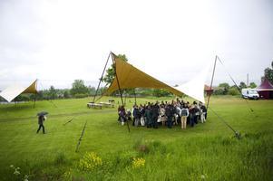 Lite inledande regn avskräckte inte deltagarna på Tällberg Forum som tog skydd under ett av de mindre tälten där de fikade och minglade innan konferensen började på torsdagen.