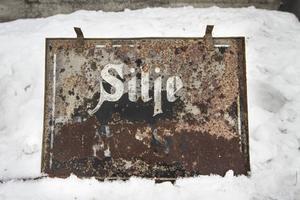 Mellan 1890 och 1913 var Silje gård tingsställe för Selånger - Sättna tingslag. Skylten är sliten men hänger kvar för att visa gårdens historia.
