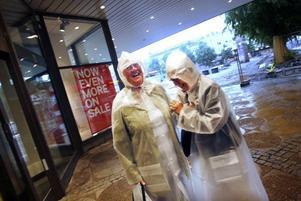 Sylvia Winnerheim och Kristina Johansson är nästan oförskämt glada i regnvädret, någon timme innan det åter bär hem i buss mot Karlskoga.– Vi är glada värmlänningar. Men just nu kan vi inte sluta skratta åt att vi faktiskt gav oss ut i det här vädret, säger Sylvia Winnerheim.