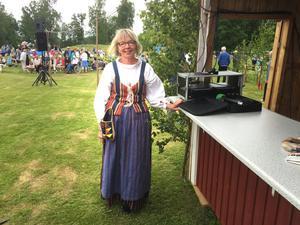 Hon minns 36 år av firande. Ulla Wallén var också den som bar fanan när midsommarstången bars fram. Hennes klädsel är också från regionen. Det är Västerfärnebodräkten.