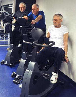 Erik Eriksson, Kjell Larsson och Bo Hellström – tre styrketränande seniorer. Erik Eriksson var kemilärare på Gärdesskolan under många år. Han blir 90 nästa gång.